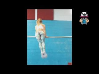 Красивая девушка выполняет невероятные элементы на турнике. beautiful street workout girl goes crazy!! - gina marie