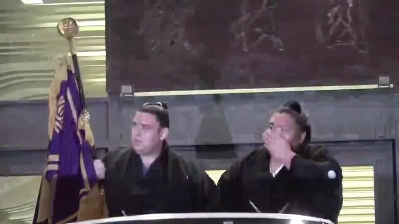 千秋楽の様子 - 優勝パレードファンの声援に応える御嶽海と旗手の碧山 - sumo 相撲