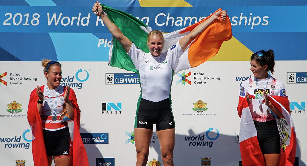 Швейцарка Жаннин Гмелин, ирландка Санита Пушпуре и австрийка Магдалена Лобниг (слева направо) на церемонии награждения чемпионата мира по академической гребле в Пловдиве