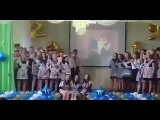 в Омской гимназии на последнем звонке обвалилась штукатурка!