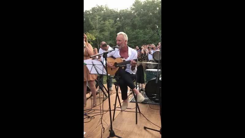 Легендарный Стинг поёт для своих фанатов в живую )