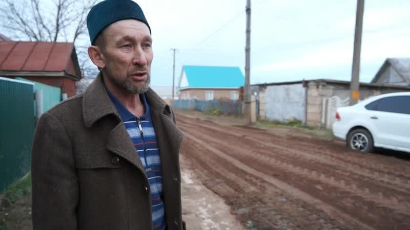 Жители деревни своими силами делают дороги чтоб хоть как то ездить на работу в грязную погоду