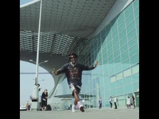 SAINt JHN исполняет трек 5 Thousand Singles в аэропорту Москвы