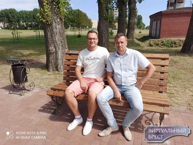 В Городском саду, напротив теремка, установлены две именные скамейки. В планах велопарковка