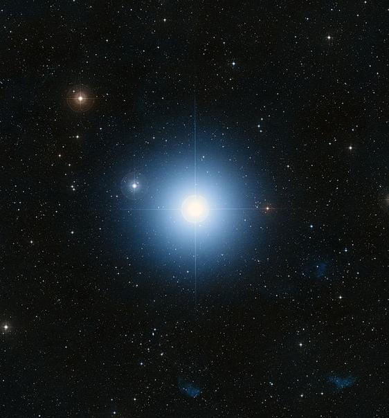 ФОМАЛЬГАУТ - НЕБЕСНЫЙ СТРАЖ ЮЖНОГО НЕБА Если взглянуть на звёздное небо из южного полушария Земли, можно отчётливо увидеть яркую бело-голубую звезду. Фомальгаут - самая яркая звезда в созвездии
