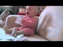 малыш смеётся когда отец рвёт бумагу