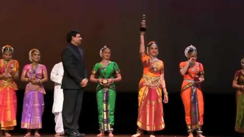 2012 г Десятый Bollywood Festival в Норвегии Хема Малини и ее дочери Ахана и Эша Деол во время фестивальной программы