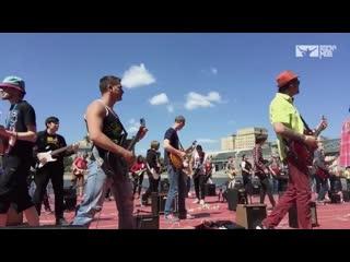 Когда более 270 музыкантов исполняет bon jovi livin on a prayer