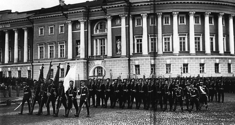 Гвардейцы выходят на Дворцовую площадь, после мира.