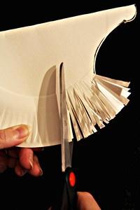 Ежик из бумажной тарелки Такого милого ежика можно сделать с дошкольниками 5-6 лет из обычной бумажной тарелки. Сшибаем бумажную тарелку пополам Вырезаем с одного угла фуру как на фото.Чтобы