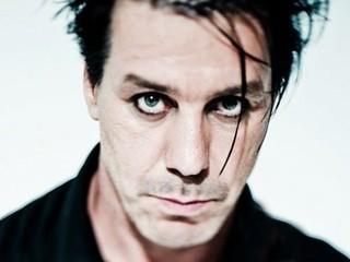 """В России выйдет книга стихов Тиля Линдеманна, вокалиста и лидера немецкой рок-группы Rammstein. Поэтический сборник носит название """"В тихой ночи. Лирика""""."""