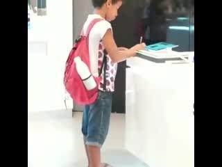Бразильский школьник делал уроки в магазине техники из-за нехватки планшетов