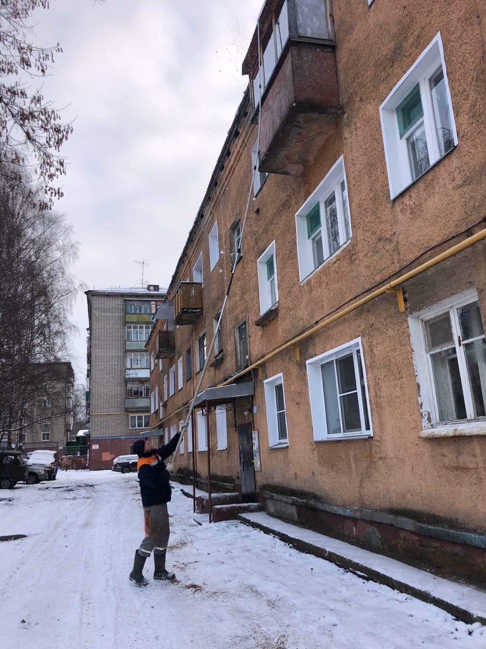 Улица Цеховая дом 6(Чистка палкой по периметру)