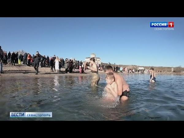 В Севастополе в Крещение искупались больше пяти тысяч человек