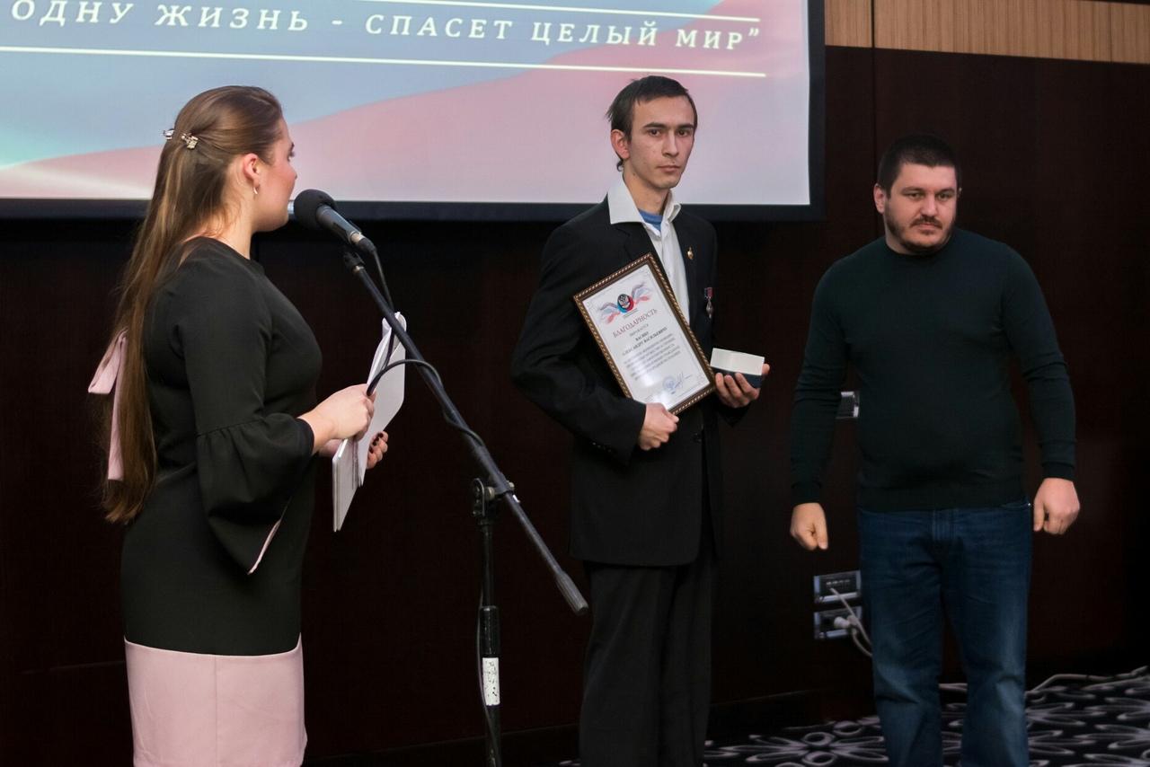 В одном из залов стадиона «Донбасс Арена» прошла церемония награждения юношей и девушек, совершивших героические поступки, сообщает ДАН.