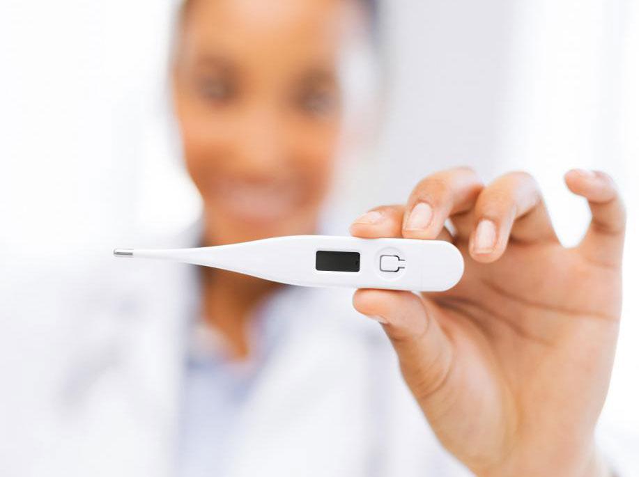 Медсестры регулярно проверяют температуру пациентов больницы.