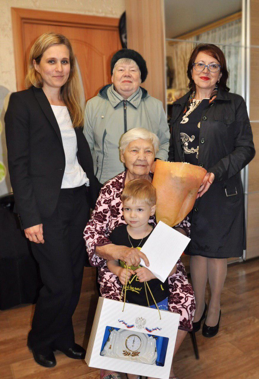 Сотрудники отдела соцзащиты и районного центра соцобслуживания поздравили жительницу Кузьминок с 95-летием