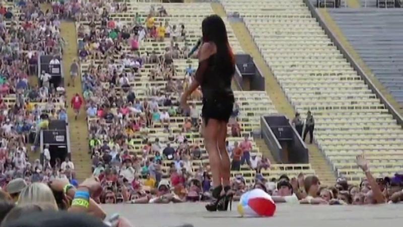 Sara Evans Muscular Legs on Stage