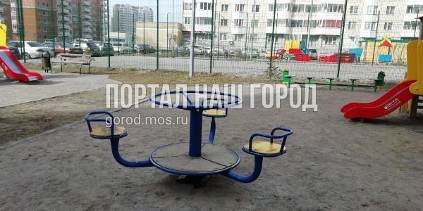 Коммунальщики починили карусель во дворе на Недорубова
