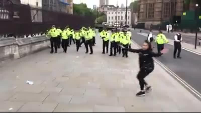 Die von der Politik entwaffnet britische Polizei rennt davon und wird von einem Mädchen gerettet vorerst