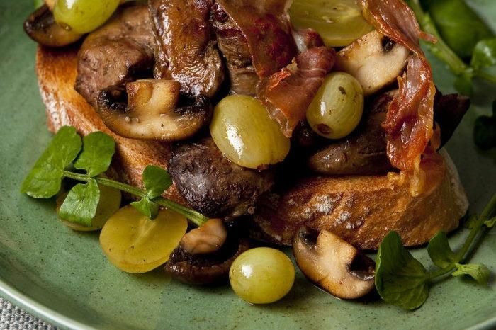 Салат из куриной печени с грибами и виноградом