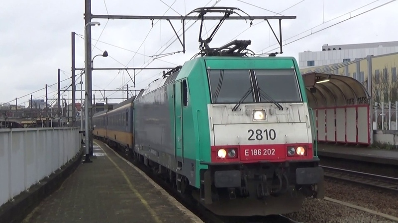 Traxx 2810 vertrekt met Beneluxtrein in Antwerpen Berchem