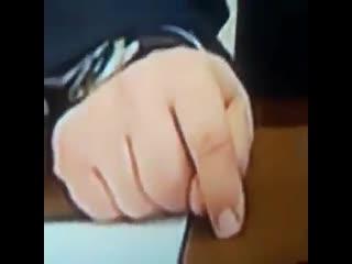 Зритель заметил что Путин сложил пальцы фигой когда неделю назад обещал помощь бизнесу.