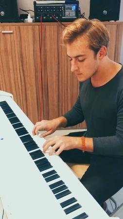 """Oleg Sidorov on Instagram: """"🎹думаю, пришло время напомнить о том, что я в первую очередь пианист🎹⠀ ⠀ 🚂а любой уважающий себя пианист хотя бы раз в жизни должен снять…"""""""