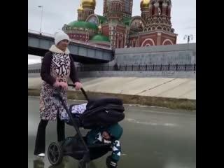 Мама с двумя детьми на льду