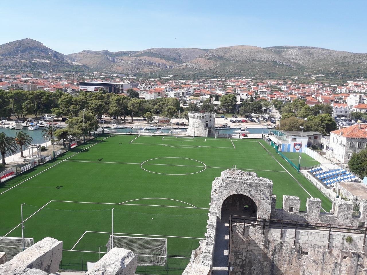 Вид на стадион в Трогире с Крепости Камерленго