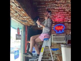 Хозяйка бара расплатилась с сотрудниками деньгами со стен