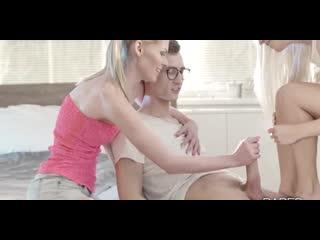 Мама учит дочку шлюшку правильно сосать большой член брата секс порно минет анал  инцест оргия мжм по кругу шлюху чулки семейное