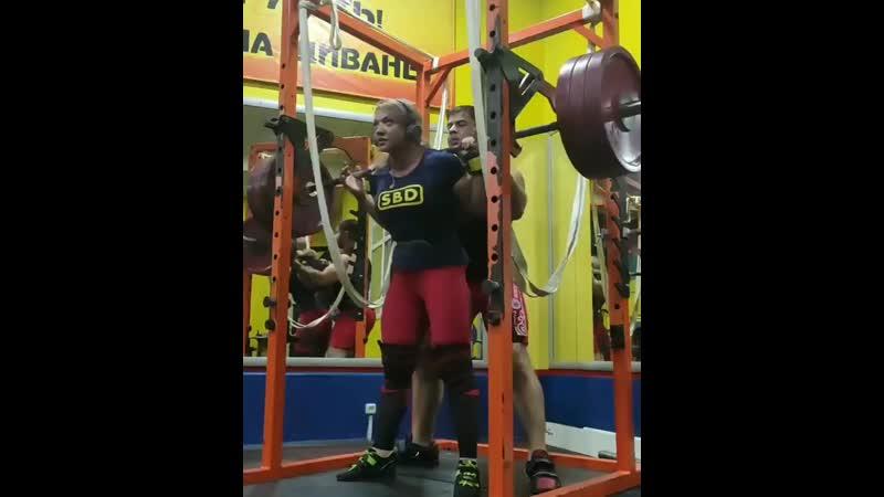 Малеева Любовь приседает 175 кг на 10 раз