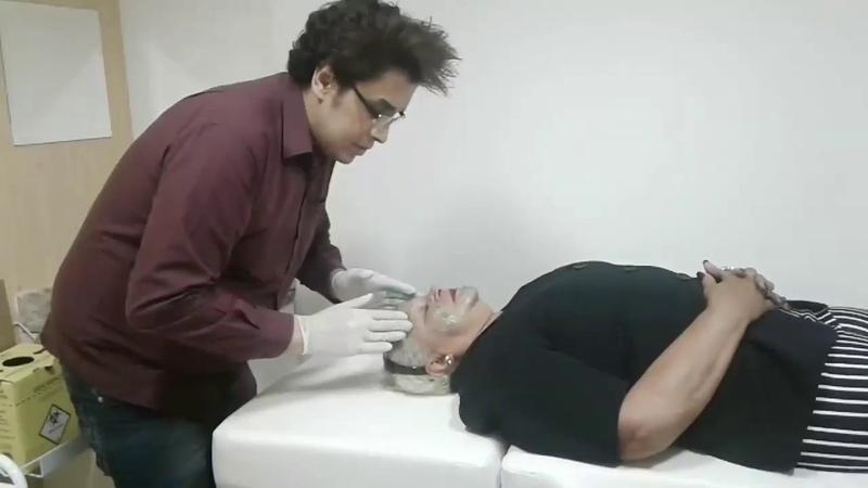 O Doutor consagrado Arthur Esvael realizando procedimento estético no seu consultório