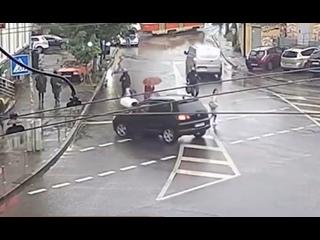 Прокатил женщину на капоте