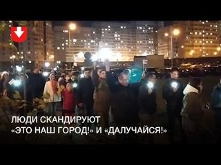 Жители Лебяжьего с фонариками и флагами гуляют по району вечером