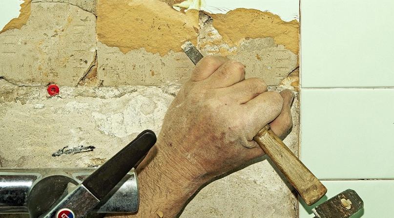 Как снять кафельную плитку со стены?