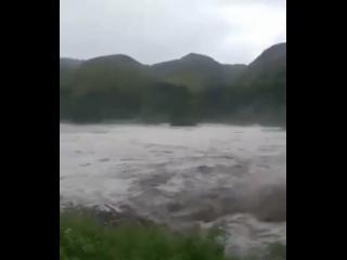Более 50 человек погибло во время оползней и наводнений в Индонезии.