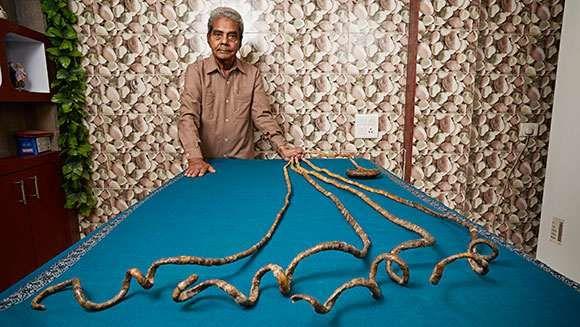 Мужчина с самыми длинными ногтями в мире не стриг их 60 лет Мужчина из Индии не стриг свои ногти более 60 лет. Шридхар Чиллал (Shridhar Chillal) из города Пуна в Индии начал отращивать ногти еще