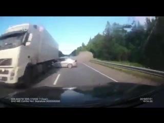 Пять трупов, трое из которых дети. - - Женщина за рулем Volkswagen хотела обогнать фуру, но протупила и не успела вернуться на с
