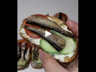 Бутерброды со шпротами на жареном хлебе с чесноком(описание под видео)