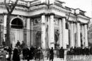 Поврежденный павильон Росси. Закрывают выбитые окна. Сентябрь 1941