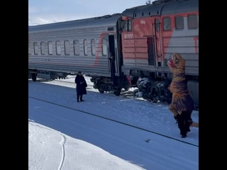 Динозавр встретил пассажиров поезда на Ямале