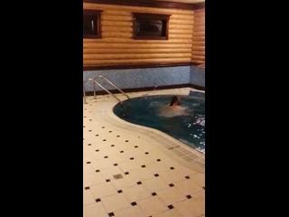 Сынуля решил испробовать бассейн