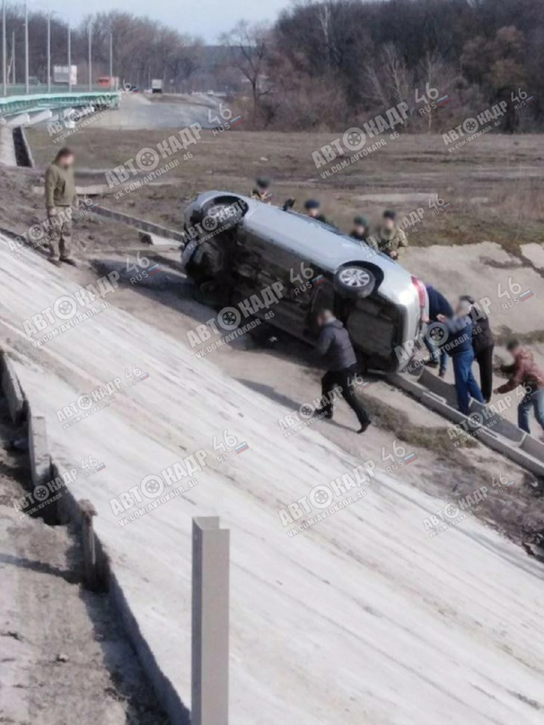 🔥Сегодня машина улетела с моста на объездной Волокно. Много людей остановилось,...