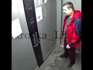Мужик избивает лифт