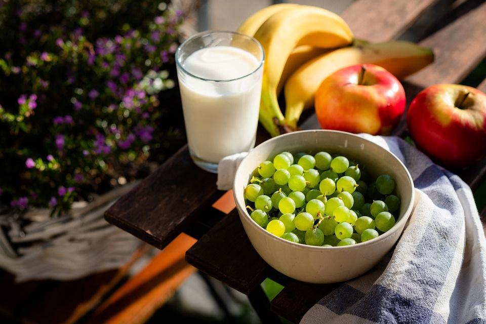 молоко фрукты