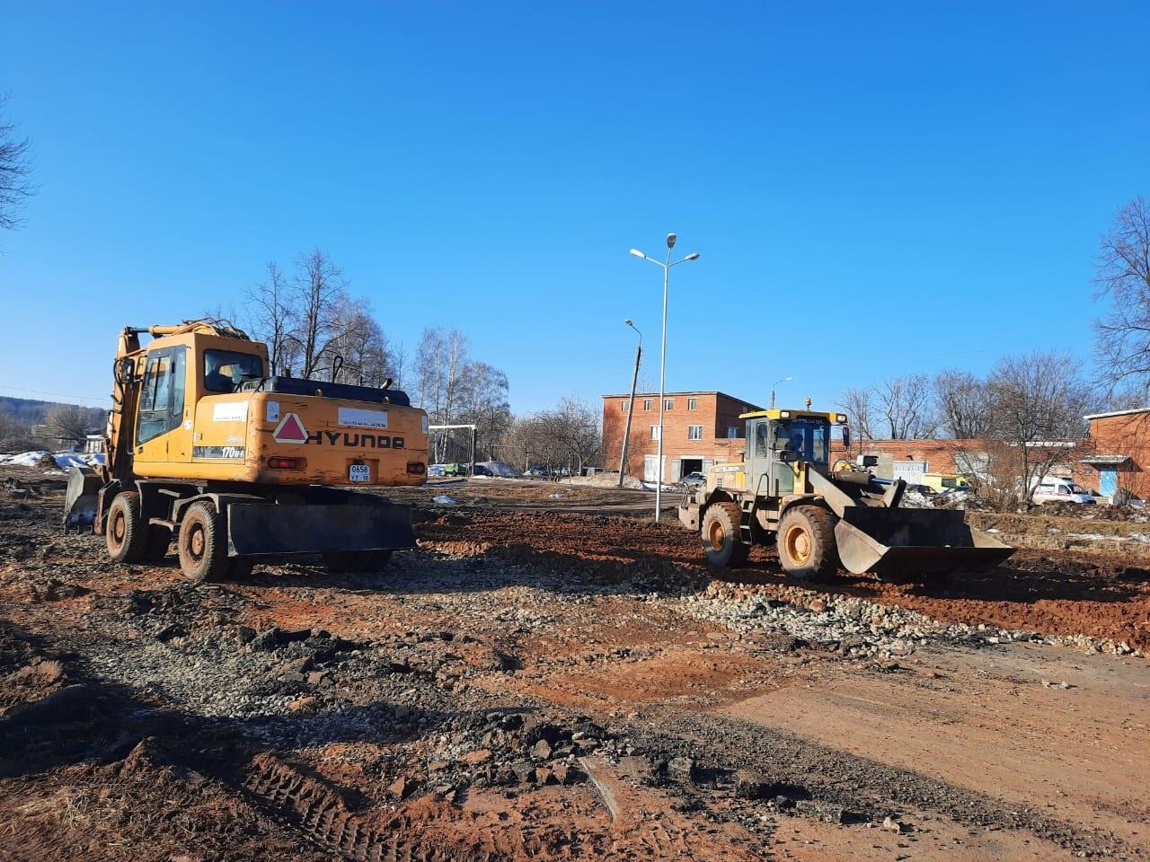 В Можге начали строить здание детской поликлиники. На площадке уже работает техника.
