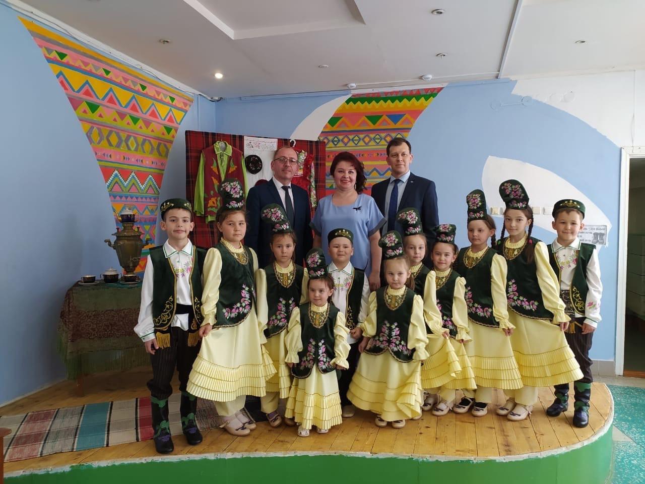 Творческим коллективам подарили татарские сценические костюмыПодарок вручил