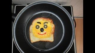Показываю как приготовил яичницу в хлебе на завтрак в постель